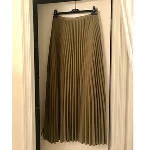 Banana Republic pleated long green skirt